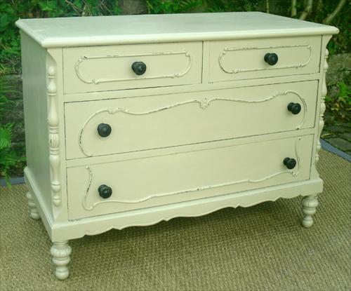 jolie petite commode 4 tiroirs sans pr tention mais avec beaucoup de charme. Black Bedroom Furniture Sets. Home Design Ideas