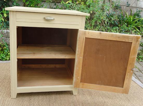 Charmant petit meuble confiturier en bois peint for Meuble bois peint