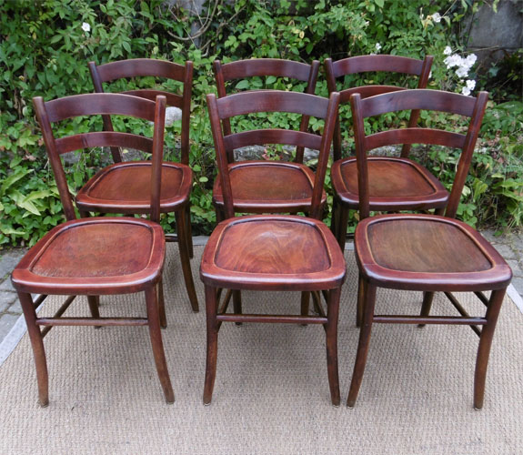 Six chaises de bistrot anciennes l gantes en bois teint for Chaises bistrot anciennes