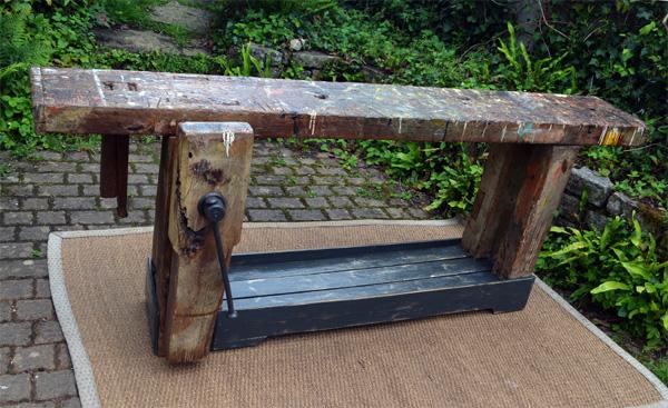 etabli ancien de menuisier en bois massif avec tau et vis de serrage. Black Bedroom Furniture Sets. Home Design Ideas