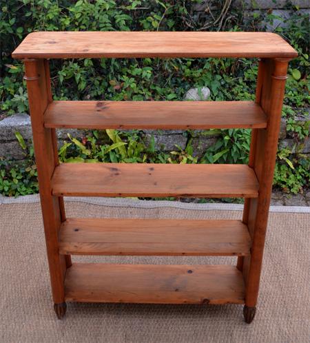 petite etagere en bois sur pieds. Black Bedroom Furniture Sets. Home Design Ideas