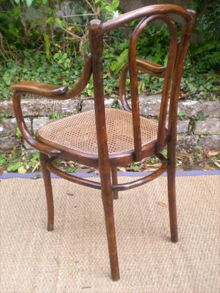 elegant et confortable fauteuil ancien en bois courb et assise cann e de type fischel. Black Bedroom Furniture Sets. Home Design Ideas