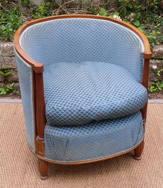 joli fauteuil club ancien en h micycle en noyer recouvert d 39 un joli velours bleu. Black Bedroom Furniture Sets. Home Design Ideas