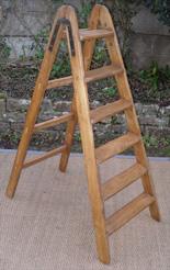 escabeaux anciens chelles en bois naturel ou en bois peint. Black Bedroom Furniture Sets. Home Design Ideas