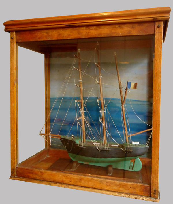 maquette de bateau ancienne dans sa vitrine en bois. Black Bedroom Furniture Sets. Home Design Ideas