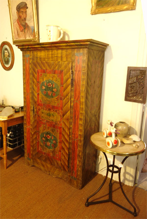 Charmant petit meuble confiturier en bois peint for Decoration meuble peint