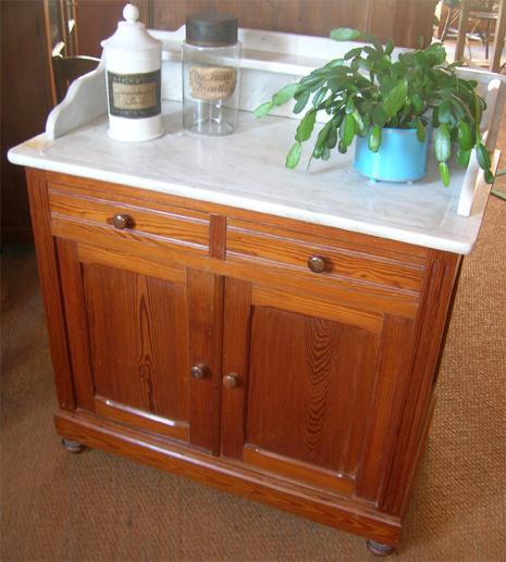 ancienne armoire de toilette avec une plaque de marbre sur le dessus. Black Bedroom Furniture Sets. Home Design Ideas