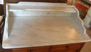 ancienne armoire de toilette avec une plaque de marbre sur. Black Bedroom Furniture Sets. Home Design Ideas