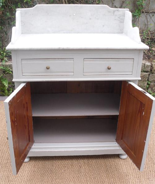 meuble ancien pour la toilette avec dessus en marbre blanc. Black Bedroom Furniture Sets. Home Design Ideas