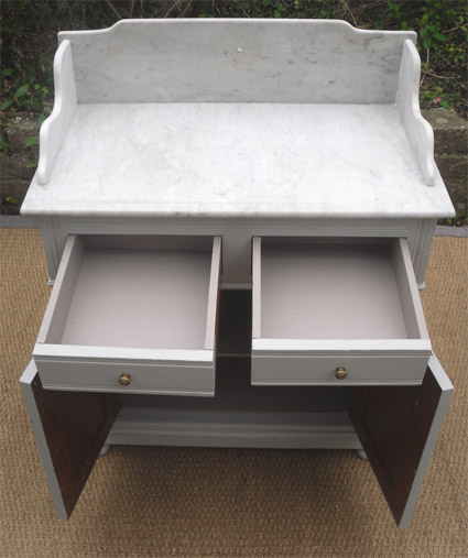 Meuble ancien pour la toilette avec dessus en marbre blanc for Meuble ancien avec marbre