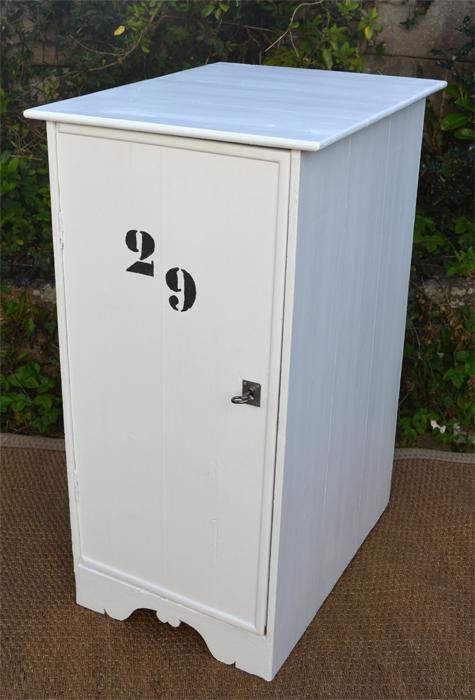 original petit meuble de rangement en bois peint. Black Bedroom Furniture Sets. Home Design Ideas