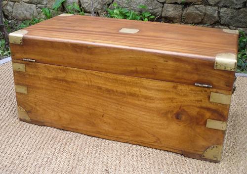 Malle en bois de camphrier origine chine avec serrure et for Coffre a bois cheminee