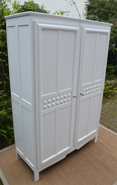 petite armoire penderie ouvrant par 2 portes. Black Bedroom Furniture Sets. Home Design Ideas