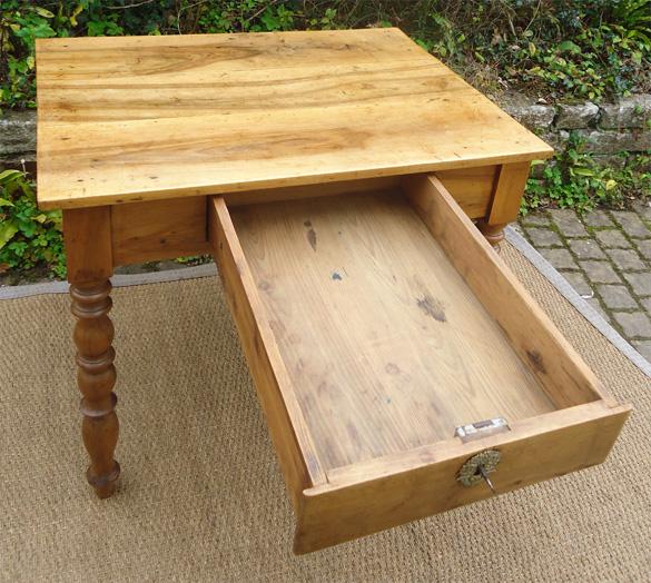 Joli petit bureau en noyer meuble ancien en bois clair for Petit bureau tiroir