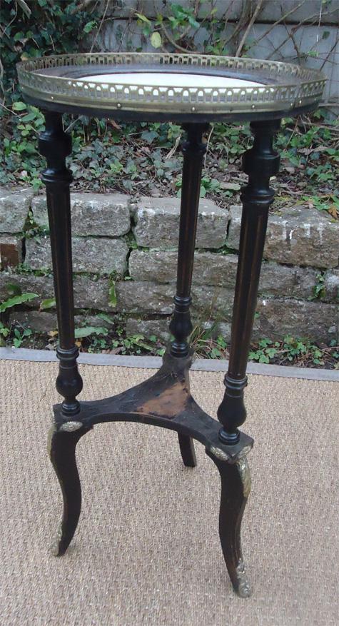 jolie sellette napol on iii en bois noirci avec plateau de marbre blanc galerie. Black Bedroom Furniture Sets. Home Design Ideas