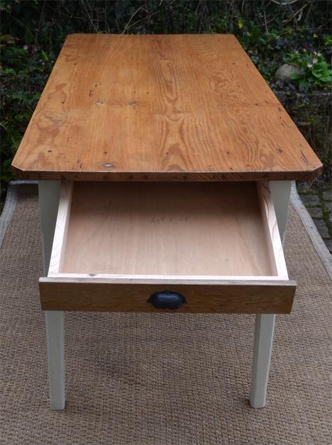 table de cuisine ancienne pour manger au quotidien. Black Bedroom Furniture Sets. Home Design Ideas