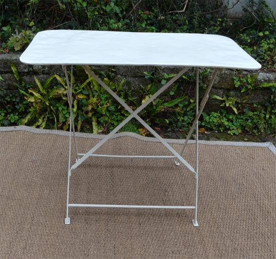 Petite table de jardin en fer forge peint en blanc - Table en fer de jardin ...