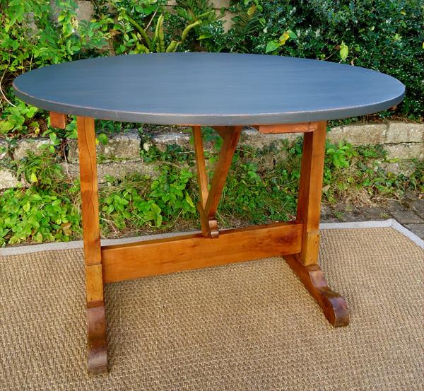 table de vigneron ancienne en bois naturel et plateau peint. Black Bedroom Furniture Sets. Home Design Ideas