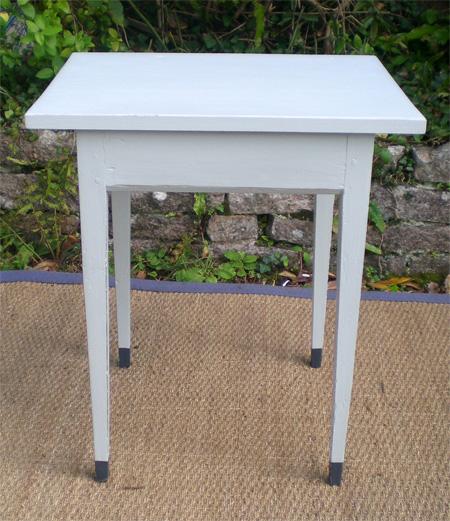 jolie petite table d 39 appoint pouvant servir de chevet en bois peint. Black Bedroom Furniture Sets. Home Design Ideas