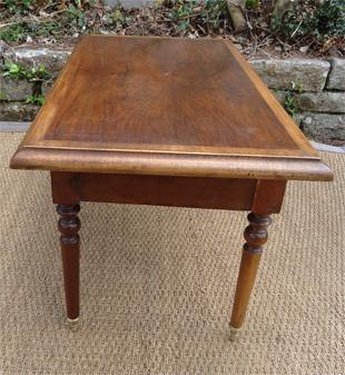 jolie petite table basse en acajou avec un tiroir. Black Bedroom Furniture Sets. Home Design Ideas