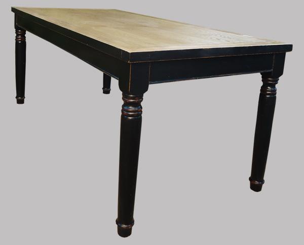 Importante table en bois noirci et verni de forme rectangulaire