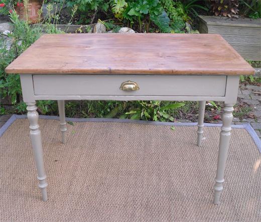 joli petit bureau pieds tourn s en bois peint. Black Bedroom Furniture Sets. Home Design Ideas