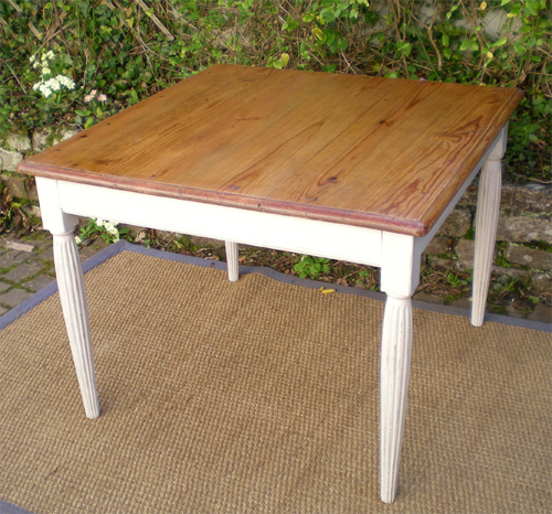 table ancienne en chataignier avec un beau plateau carr. Black Bedroom Furniture Sets. Home Design Ideas