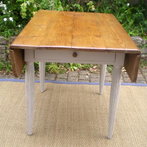 belle table carr e a volets ancienne en bois peint. Black Bedroom Furniture Sets. Home Design Ideas