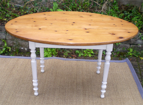 Charmante table ancienne de forme ovale plateau en pin for Table ovale ancienne