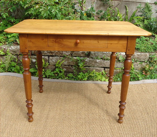 Belle petite table bureau en bois naturel plateau coins cass s for Table bureau bois