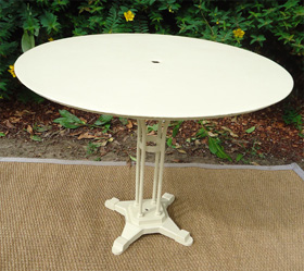 Jolis meubles et objets de jardin authentiquement anciens - Table de jardin avec parasol ...