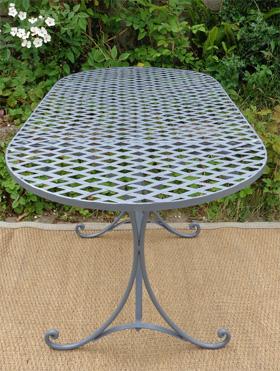 best table de jardin ronde en fonte contemporary awesome interior home satellite. Black Bedroom Furniture Sets. Home Design Ideas