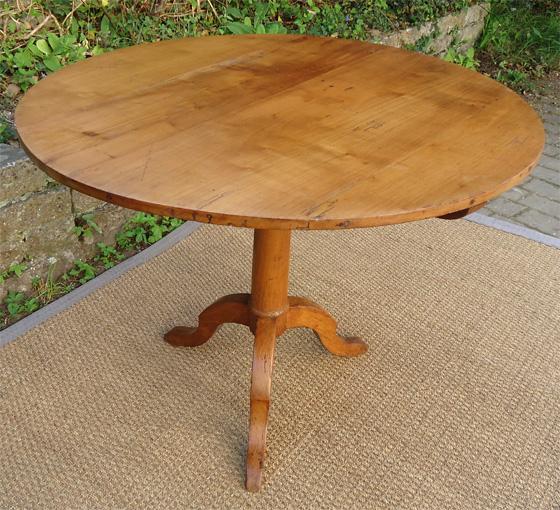 petite table ronde en merisier pied tripode et plateau relevable. Black Bedroom Furniture Sets. Home Design Ideas