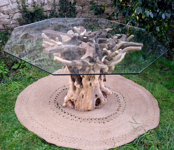 tr s originale table de forme octogonale avec plateau de verre et pied base de racine. Black Bedroom Furniture Sets. Home Design Ideas