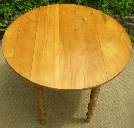 table ronde ancienne en bois fruitier avec 2 allonges. Black Bedroom Furniture Sets. Home Design Ideas