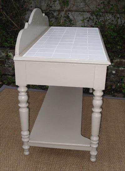 Joli meuble de toilette avec dessus en petits carreaux blancs de faience for Toilette carrele