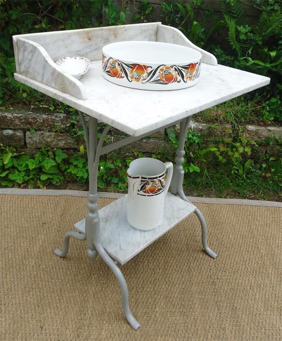 table de toilette ancienne en fonte laqu gris et marbre. Black Bedroom Furniture Sets. Home Design Ideas