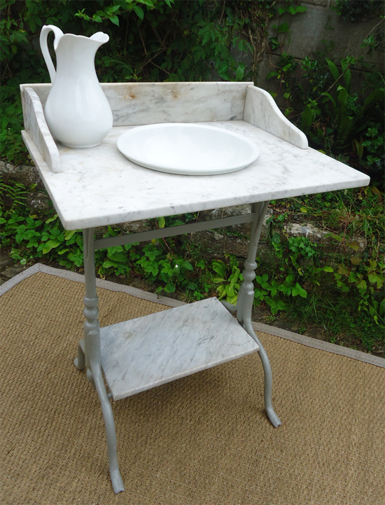 table de toilette ancienne en fonte laqu gris et marbre blanc vein gris. Black Bedroom Furniture Sets. Home Design Ideas