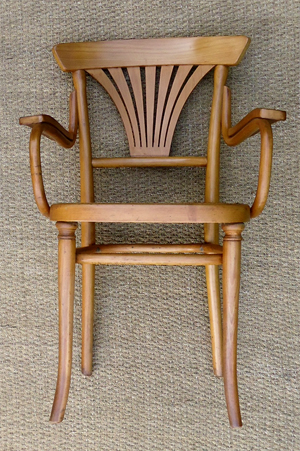 thonet fauteuil de bistrot ancien en bois clair. Black Bedroom Furniture Sets. Home Design Ideas