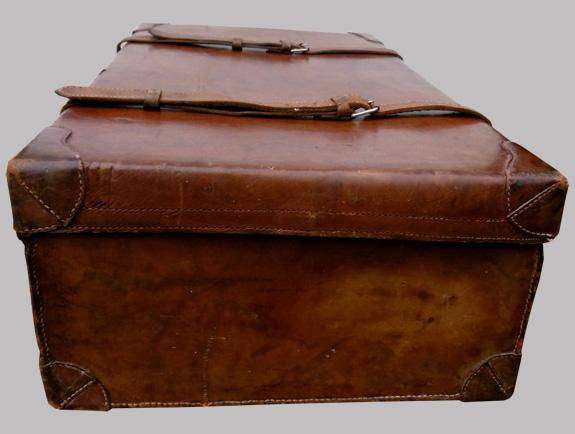 belle valise ancienne en cuir garnie d 39 une toile verte l 39 int rieur. Black Bedroom Furniture Sets. Home Design Ideas