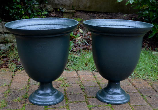 Paire de vasques de jardin en fonte peinte en vert