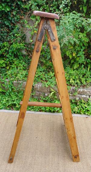 vieil escabeau de peintre en bois naturel. Black Bedroom Furniture Sets. Home Design Ideas