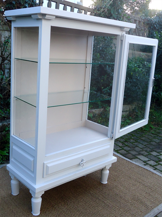 vitrine en bois et verre free vitrine design en verre et. Black Bedroom Furniture Sets. Home Design Ideas
